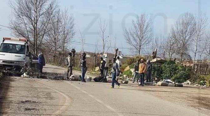 Posti di blocco, Profughi impediscono accesso a paese