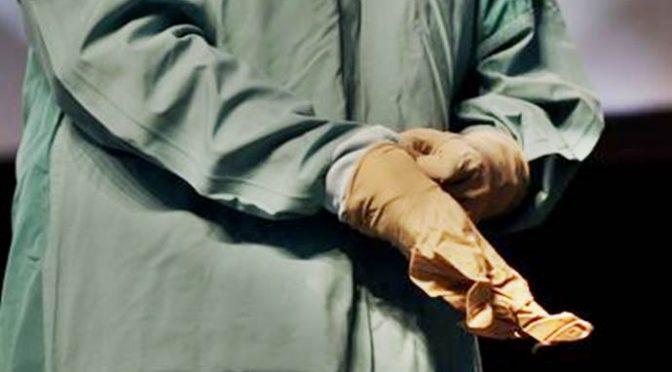 Migrante è infetto, giudice costretto a indossare i guanti durante udienza