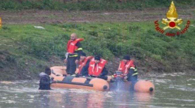 Firenze, Africano attacca passanti armato di bastone e si lancia nel fiume