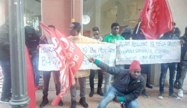 """Sindacati organizzano protesta profughi: """"Stipendio troppo basso"""""""