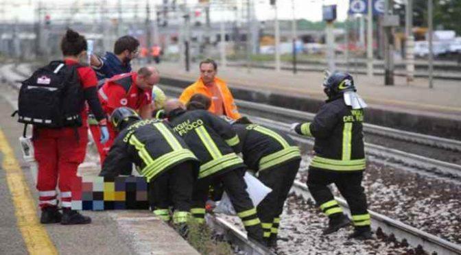 Profugo si stende sui binari per protesta, treni bloccati