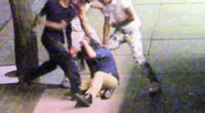 «Sporco italiano», si ribella e i profughi lo massacrano