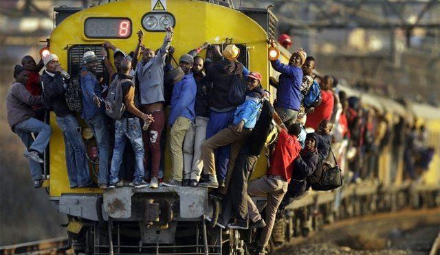 """Caos alla stazione, 30 profughi senza biglietto bloccano treno: """"Non scendiamo"""""""
