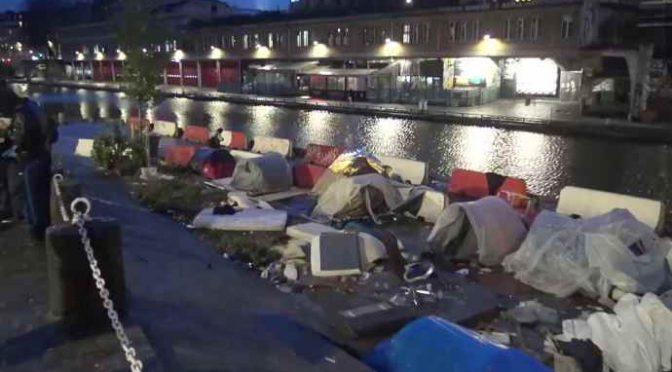 Parigi, accampamento clandestini lungo Senna – VIDEO