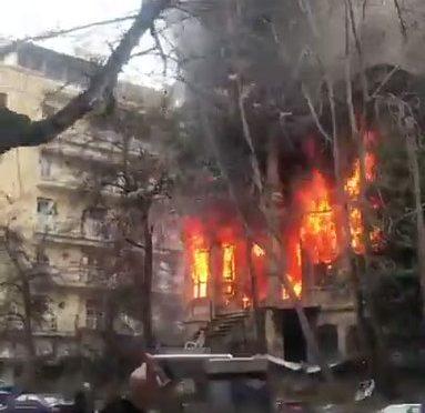 Salonicco, cittadini incendiano centro sociale antifà – VIDEO
