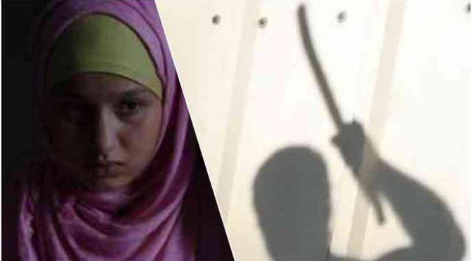 Bimba senza velo bastonata da madre musulmana: «Ho portato in Italia apposta quel bastone»