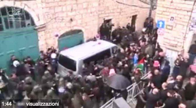 Palestinesi assaltano l'auto del patriarca cristiano – VIDEO