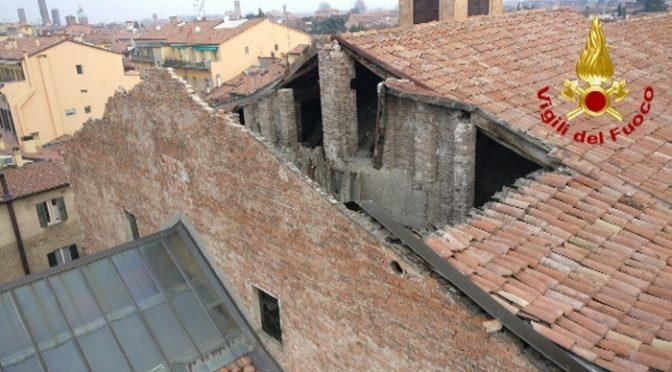 Crolla tetto chiesa a Bologna, simbolo di un disfacimento morale