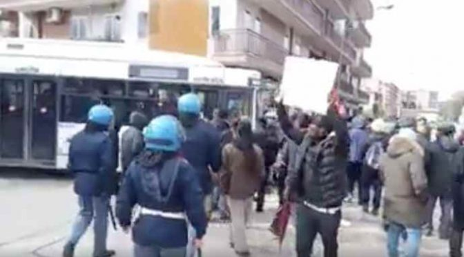 Profughi scendono in piazza perché il pranzo li disgusta – VIDEO