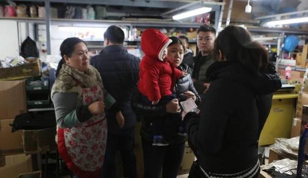 Nei capannoni cinesi che distruggono il Made in Italy – VIDEO