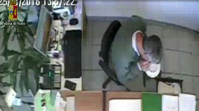 Impiegati comunali sniffano cocaina in ufficio e vendono permessi ai clandestini, solo sospesi