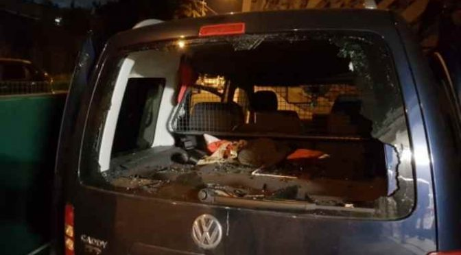 'Giustiziere' distrugge auto 'volontari' Croce Rossa: distribuivano cena a clandestini – FOTO
