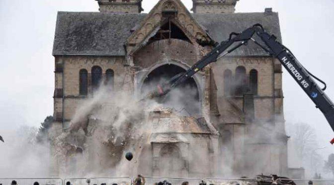 """Germania, chiesa abbattuta per """"fare posto"""" – VIDEO"""