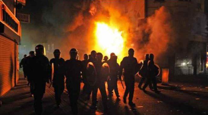 Capodanno di guerriglia in Francia:  'loro' bruciano 1.031 auto