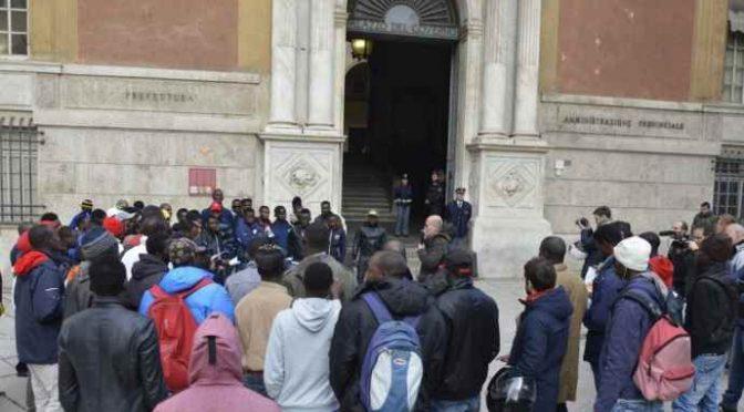 Profughi dormiglioni, la protesta a Genova: «Colazione servita troppo presto»
