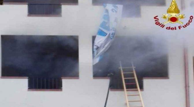 Prende fuoco un altro palazzo occupato da immigrati