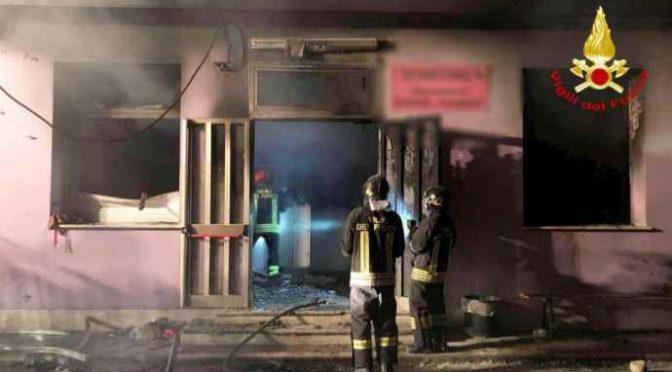 Dilaga protesta, cittadini incendiano altra casa destinata a profughi – VIDEO