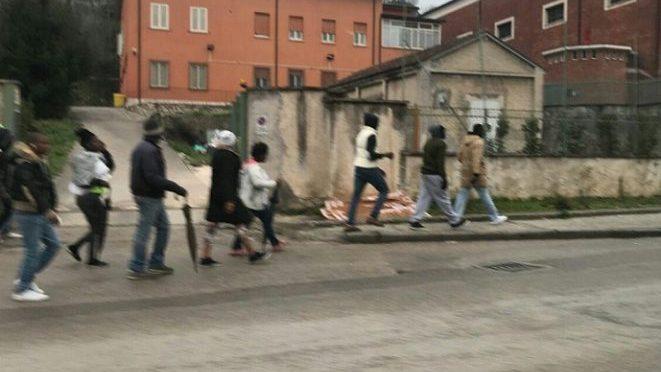 """Migranti furiosi in marcia verso il Commissariato di Polizia: """"Cibo fa schifo"""""""