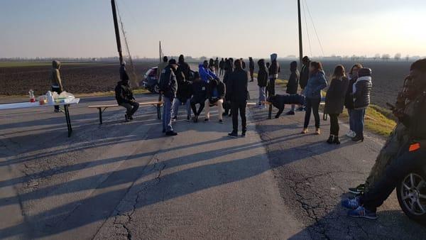 Conetta: profughi bloccano la strada con le loro 'fidanzatine' – VIDEO