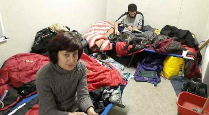 """Dormitorio, senzatetto italiani sfrattati dagli immigrati: """"Vostri cani sono impuri"""""""