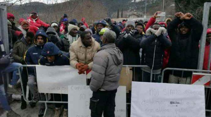 Profughi presentano lista richieste: «Niente scuola al mattino e moschea»