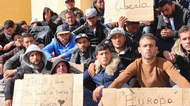 """Lampedusa, Tunisini assediano chiesa: """"Non potete mandarci in Tunisia"""""""