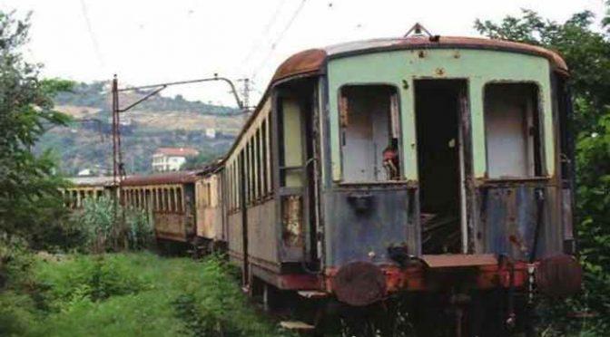 Mamma, papà e bimbo dormono in vagone abbandonato: sono italiani