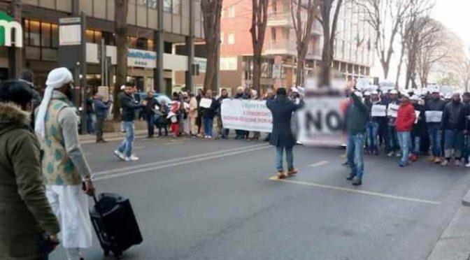 Islamici manifestano a Venezia, presenza donne vietata