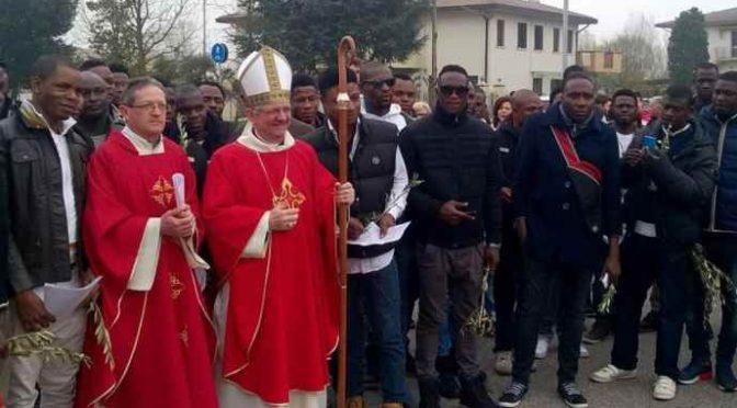 """Bergoglio striglia i vescovi: """"I gay non entrino nei seminari"""""""