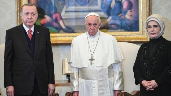 Bergoglio accoglie Erdogan, scontri a Roma