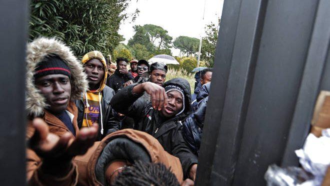 """Profughi in rivolta per ricariche telefoniche, blitz Salvini: """"Il 5 Marzo finisce la pacchia"""" – VIDEO"""