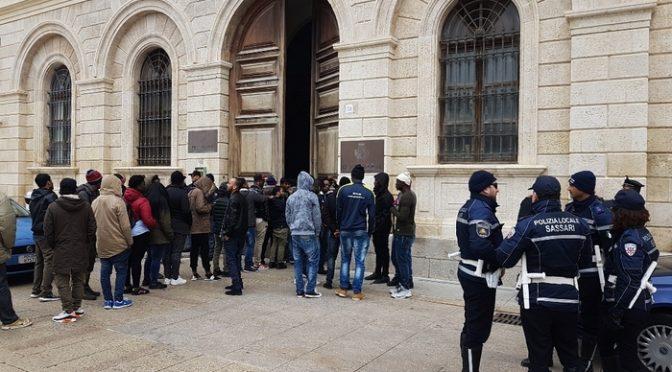 """Profughi in fila dal Prefetto: """"Non vogliamo più il riso"""""""