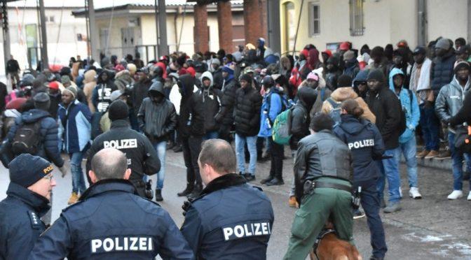 """Profughi bloccano stazione tedesca: """"Vogliamo andare in Italia"""""""
