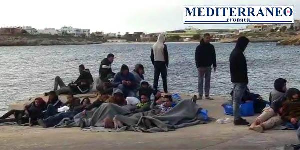 Lampedusa, clandestini tunisini liberi di razziare l'isola dopo 48 ore – VIDEO