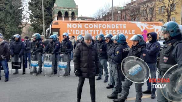Teppisti rossi attaccano 'bus della libertà' – VIDEO