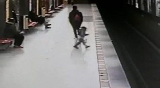 Piccolo africano si lancia su binari metro, salvato