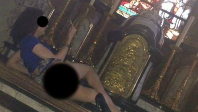Trans senza mutande sdraiato sull'altare – FOTO BLASFEMA