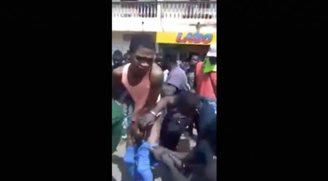 Folla africana lincia giovane omosessuale per strada