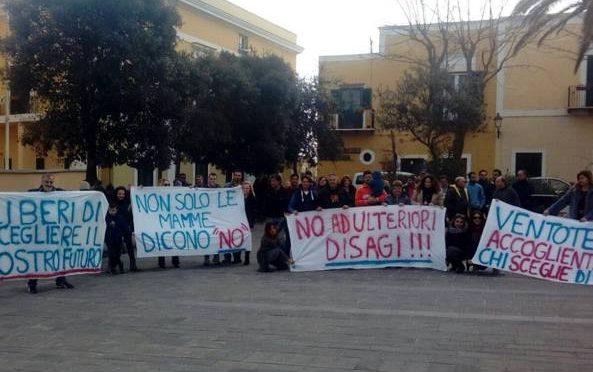 Ventotene, tutta l'isola manifesta contro l'arrivo dei finti profughi
