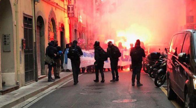 Pisa, teppisti rossi lanciano pietre contro comizio Salvini