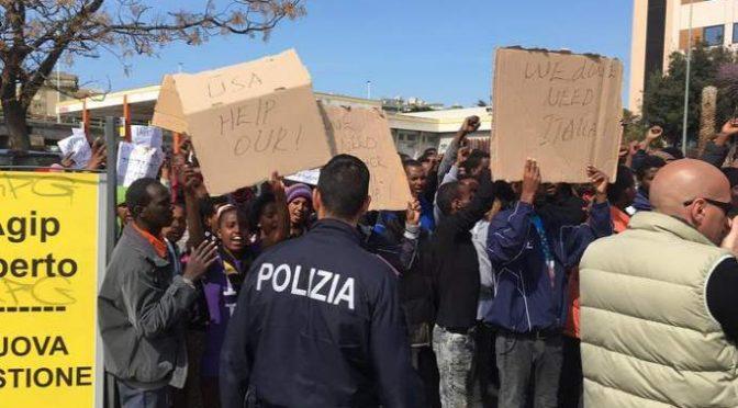Immigrato africano spezza gamba a poliziotto, pakistano lo morde: immigrati fuori controllo