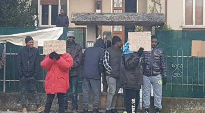 Profughi manifestano: «Vogliamo Sky e piatti di pesce»