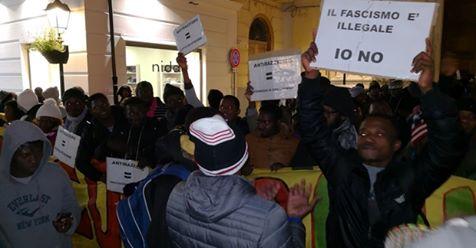 """Clandestini protestano contro Salvini: """"Sei illegale"""" – VIDEO"""