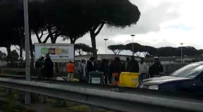 Profughi bloccano strada e respingono auto, traffico in tilt – FOTO