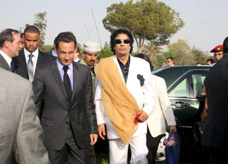 Sarkozy c'è costato 1 milione di clandestini per coprire le sue tangenti da Gheddafi