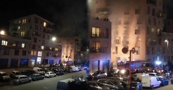 Torino, migranti occupano palazzina e la incendiano – FOTO