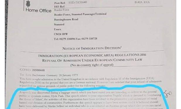 Leader Pegida bandito da Regno Unito per il discorso scritto trovato nel bagaglio