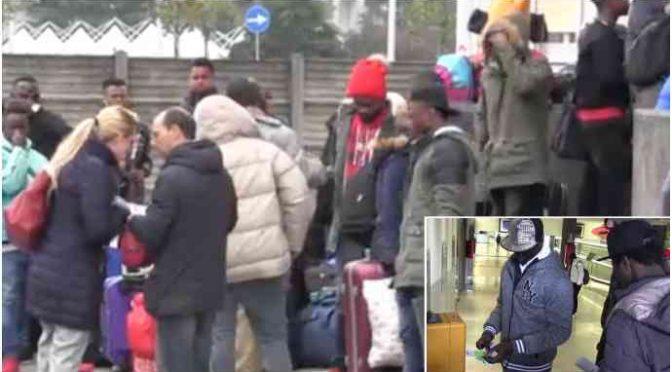 Sindaco Lega paga il biglietto e manda i profughi a Milano dal PD – VIDEO