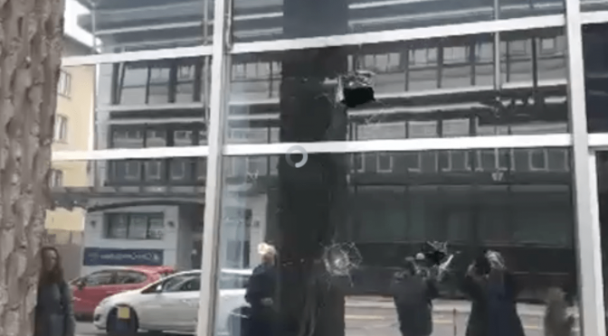 Antifà distruggono le vetrate dove parlerà Salvini – FOTO