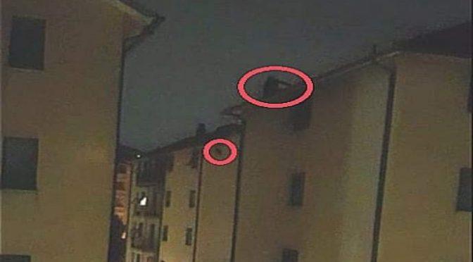 Migrante passa la notte sul tetto a lanciare tegole sui passanti – VIDEO